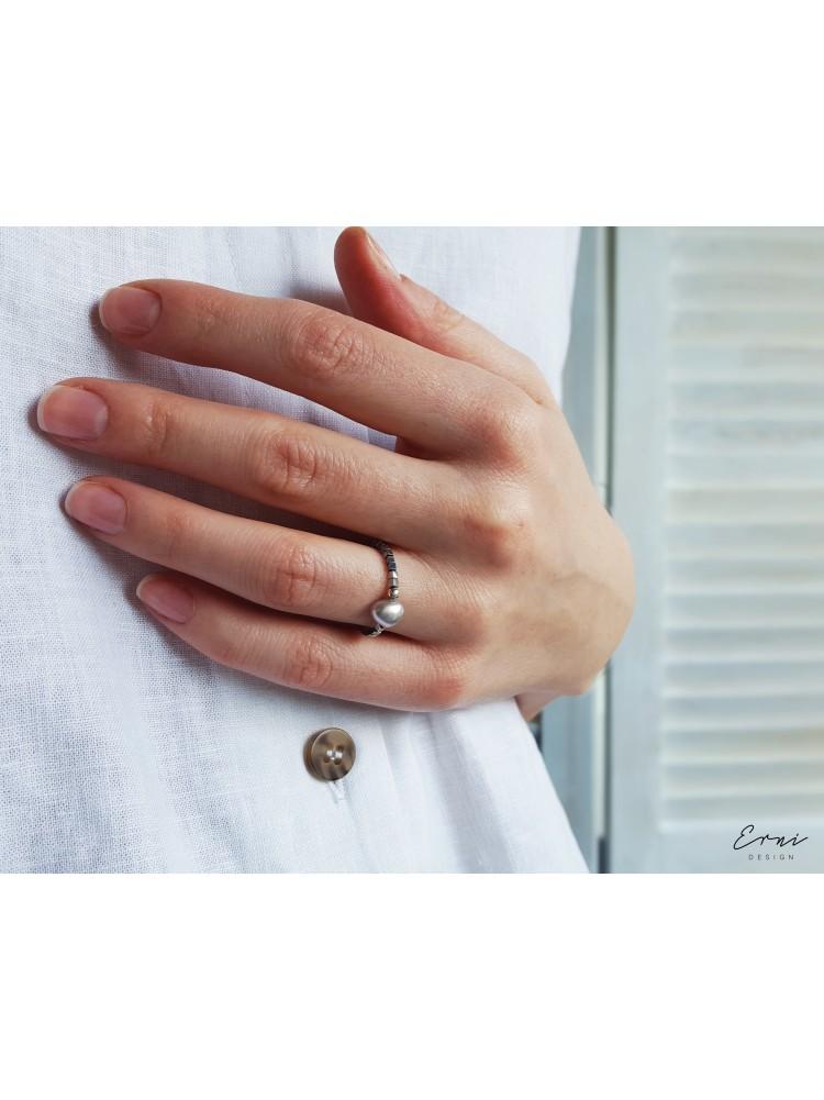 """Žiedas su hematito akmenukais ir upiniu perlu ,,Palma"""""""