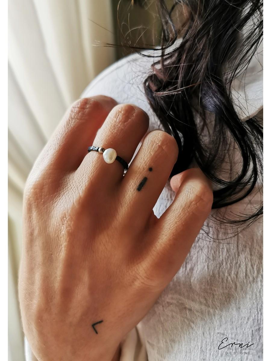 """Žiedas su hematito akmenukais ir upiniu perlu ,,Sibilė"""""""