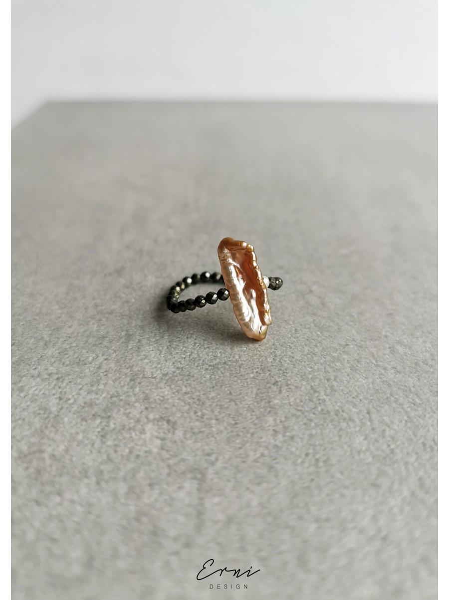 Žiedas su pirito akmenukais ir upiniu perlu