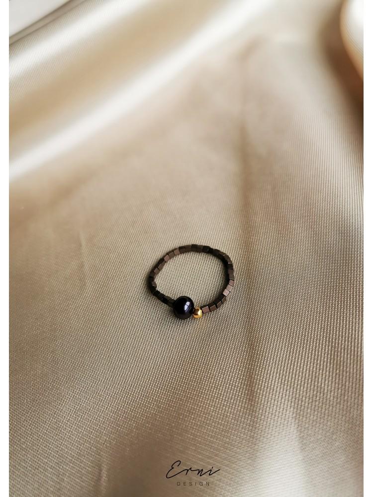 """Žiedas su hematito akmenukais ir upiniu perlu ,,Nerilė"""""""